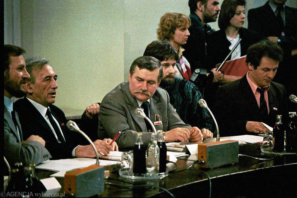 Tadeusz Mazowiecki, Lech Wałęsa, Władysław Frasyniuk i Zbigniew Bujak podczas obrad Okrągłego Stołu