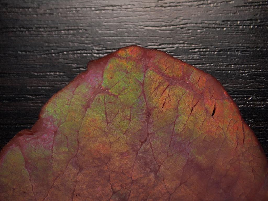 Metaliczna opalizacja na powierzchni plasterka wędliny wbrew pozorom wcale nie oznacza, że jest ona pełna chemii.
