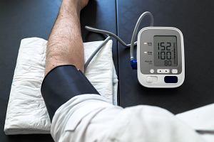 Czym objawia się wysokie ciśnienie, jak skutecznie je obniżyć. Czy nadciśnienie niesie większe ryzyko zakażenia koronawirusem?