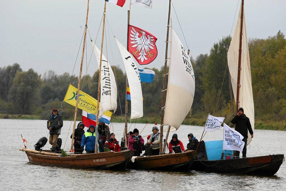 Orszak tradycyjnych drewnianych łodzi w Płocku