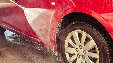Myjnia bezdotykowa jest dobrym rozwiązaniem na szybkie wyczyszczenie samochodu.