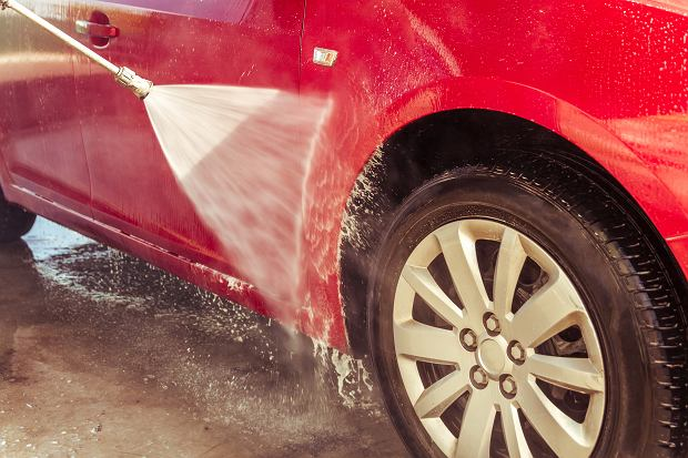 Czy warto myć samochód zimą? Tak, ale z głową