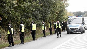 26. 09. 2013, Gdańsk. Policjanci przeszukują pas nadmorski w poszukiwaniu śladów Iwony Wieczorek