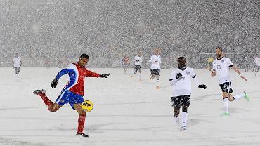 Kostarykanin Alvaro Saborio uderza na bramkę USA w słynnym, śnieżnym, marcowym (2013) meczu eliminacyjnym do MŚ 2014. Amerykanie wygrali 1:0