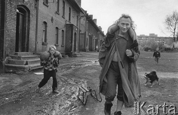 1997, Ruda Śląska. Tadeusz Janiszewski w stroju z 'Ziemi niczyjej' podczas kręcenia filmu Joanny Helander i Bo Perssona o Teatrze Ósmego Dnia
