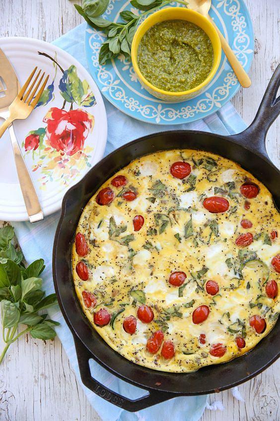 Frittatę można przygotować na patelni lub w naczyniu żaroodpornym w piekarniku