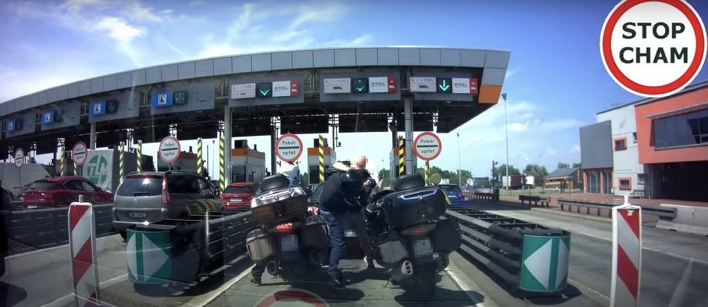 Dolny Śląsk. Bójka przed bramkami na autostradzie A4 między motocyklistą a czeskim kierowcą [WIDEO]
