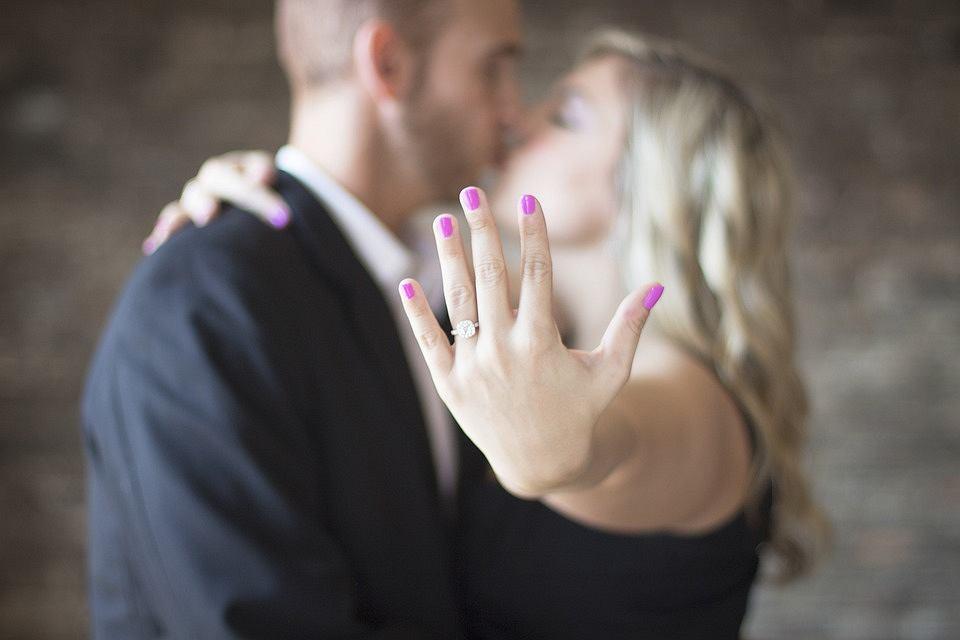 Pierścionek zaręczynowy to symbol tego, że jesteśmy razem