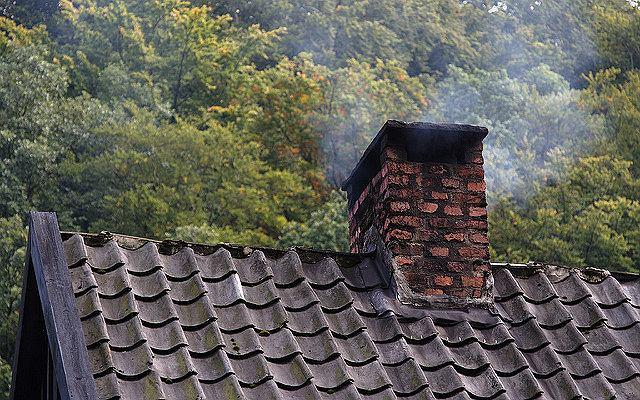 Smog to przede wszystkim sprawka palenia w piecach złej jakości materiałów, czasem nawet śmieci