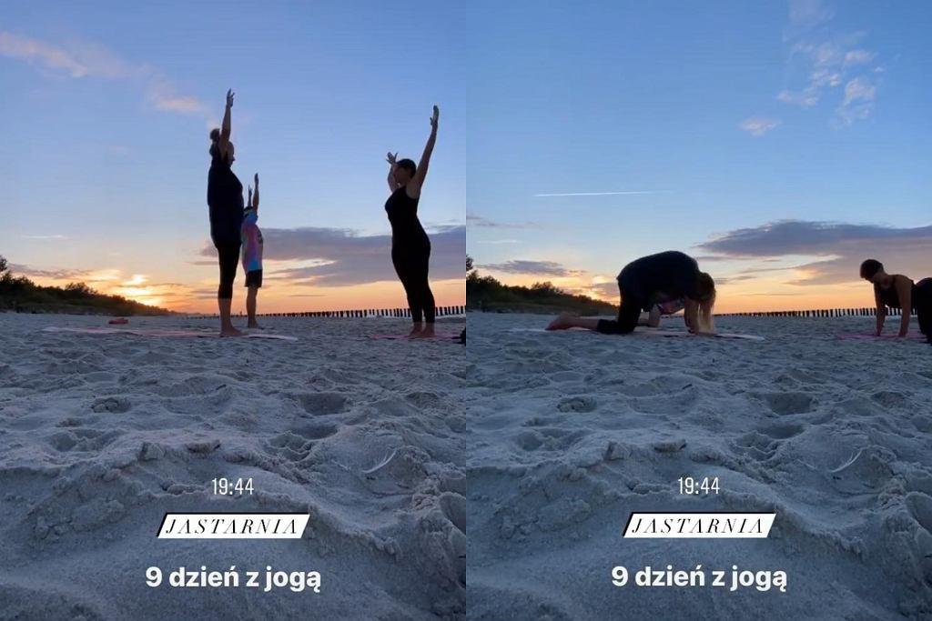 Jessica Mercedes ćwiczy jogę na plaży