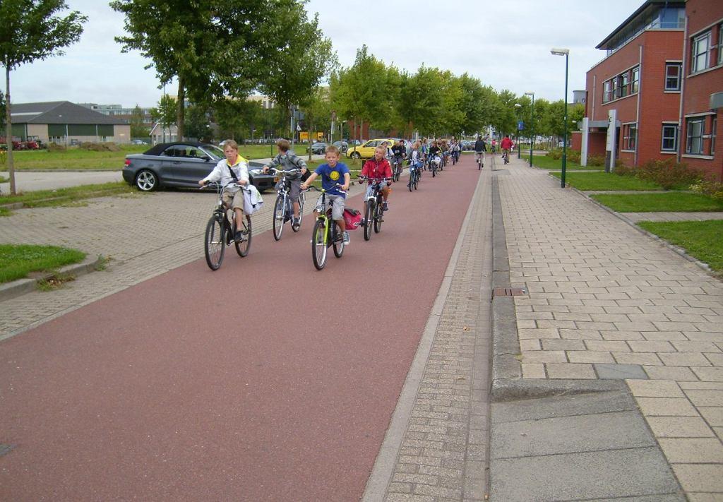 Holenderskie dzieci jadące na rowerach do szkoły