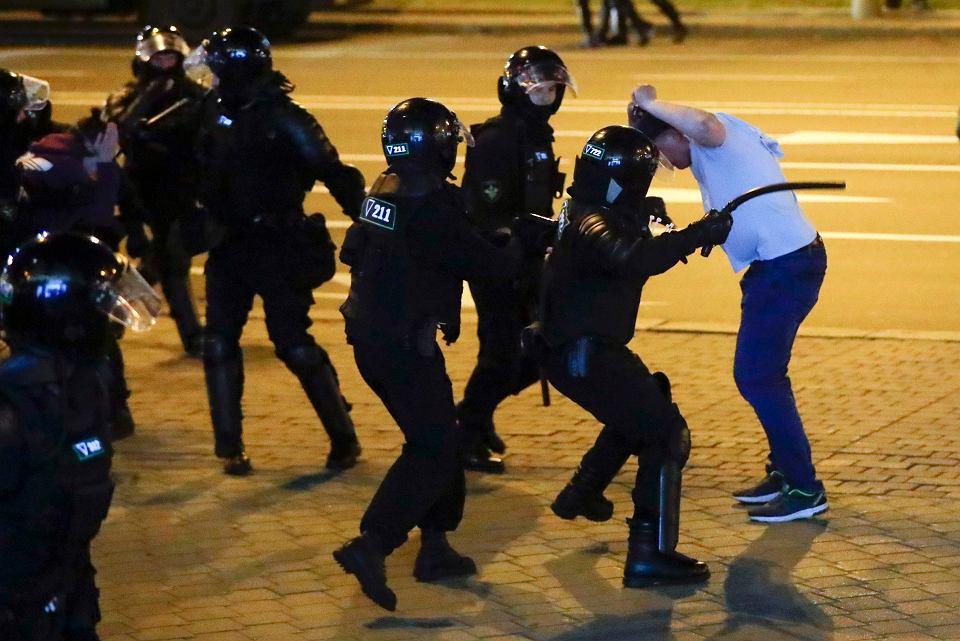 10.08.2020, Mińsk, policja bije protestującego.