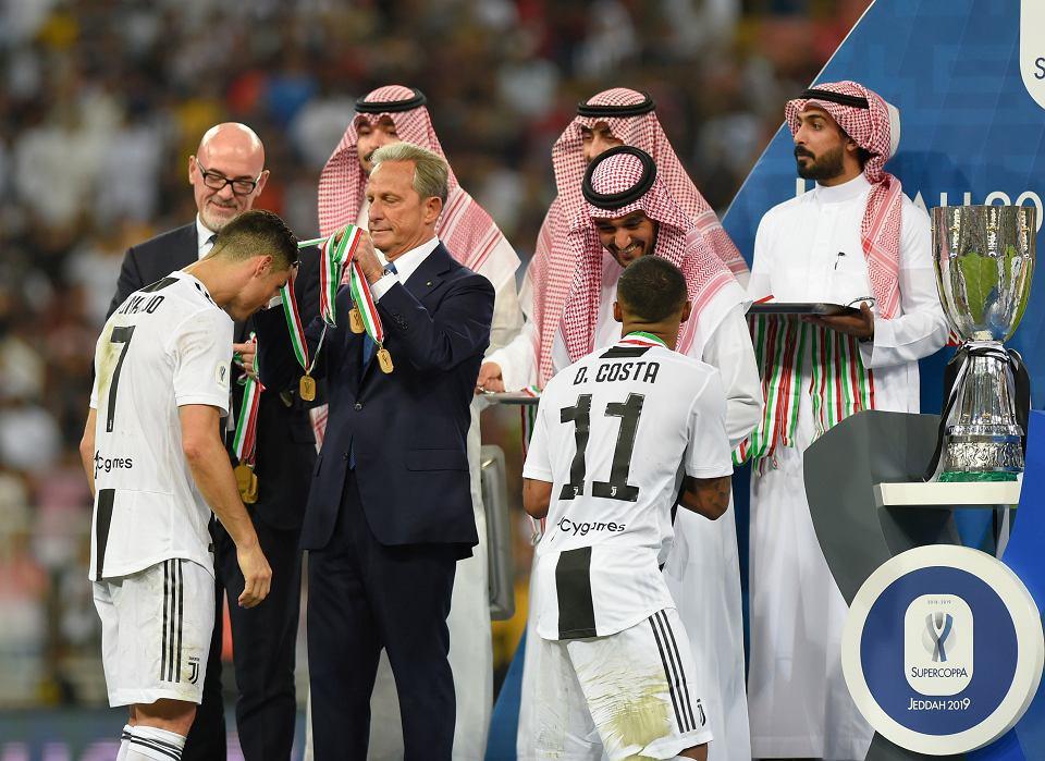 16.01.2019, Dżedda, Arabia Saudyjska, piłkarze Juventusu Turyn świętują zwycięstwo w Superpucharze Włoch. Na zdjęciu Cristiano Ronaldo odbiera medal.