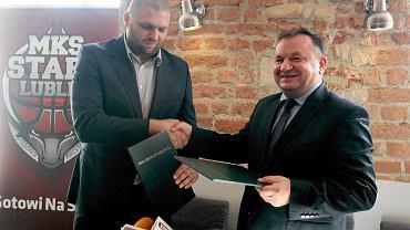 Prezes Startu Lublin Arkadiusz Pelczar i dyr Perły - Browary Lubelskie Andrzej Rutkowski (z prawej) podczas podpisywania umowy sponsorskiej