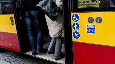 Nagi mężczyzna wsiadł do autobusu. Szybko zatrzymali go policjanci - zdjęcie ilustracyjne