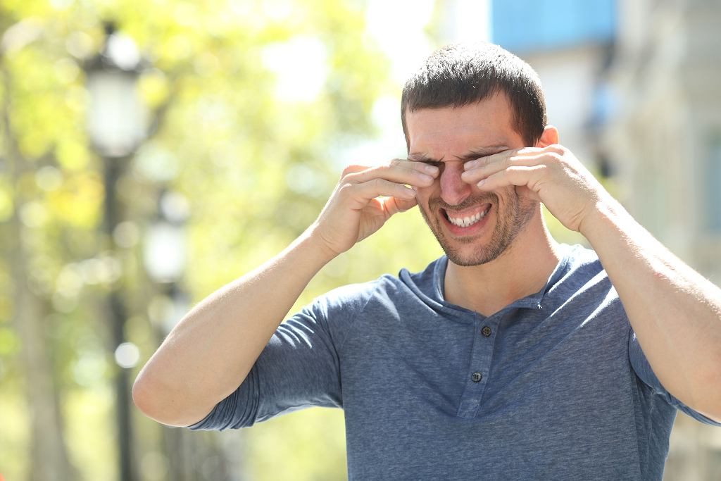 Zmęczenie, nadwrażliwość na światło - przyczyn pieczenia, swędzenia czy po prostu bólu oczu jest sporo. Często to alergia