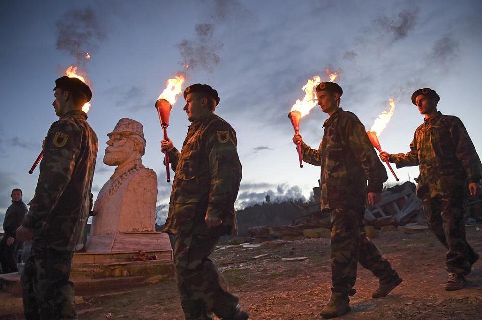 Marzec 2018. Albańczycy z Kosowa niosą pochodnie, by uczcić pamięć Adema Jashariego, założyciela Kosowskiej Armii Wyzwolenia (jego rzeźba po lewej stronie). Jashari został zabity 20 lat temu przez serbskie siły bezpieczeństwa