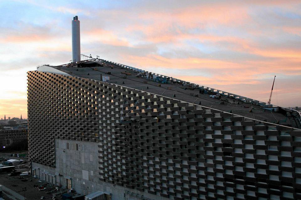 Spalarnia śmieci ARC w Kopenhadze. Na dachu budynku będzie działać całoroczny stok narciarski z wyciągiem, trasa spacerowa w zieleni, a na elewacji ścianka wspinaczkowa wysokości 85 m. Otwarcie w 2017 r. Projekt architektów Bjarke Ingles Group