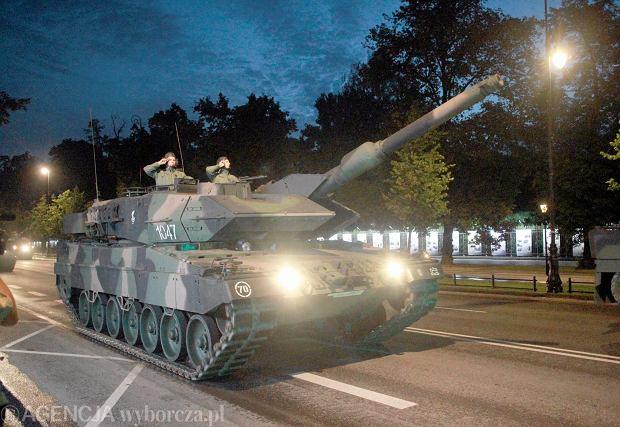 Czołgiści i sprzęt podczas nocnej próby generalnej przed defiladą na święto Wojska Polskiego. Warszawa, 12 sierpnia 2014