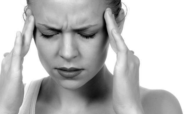 Promieniujący ból głowy i towarzyszące mu rozdrażnienie, wymioty i brak apetytu mogą być objawem m.in. nowotworu mózgu