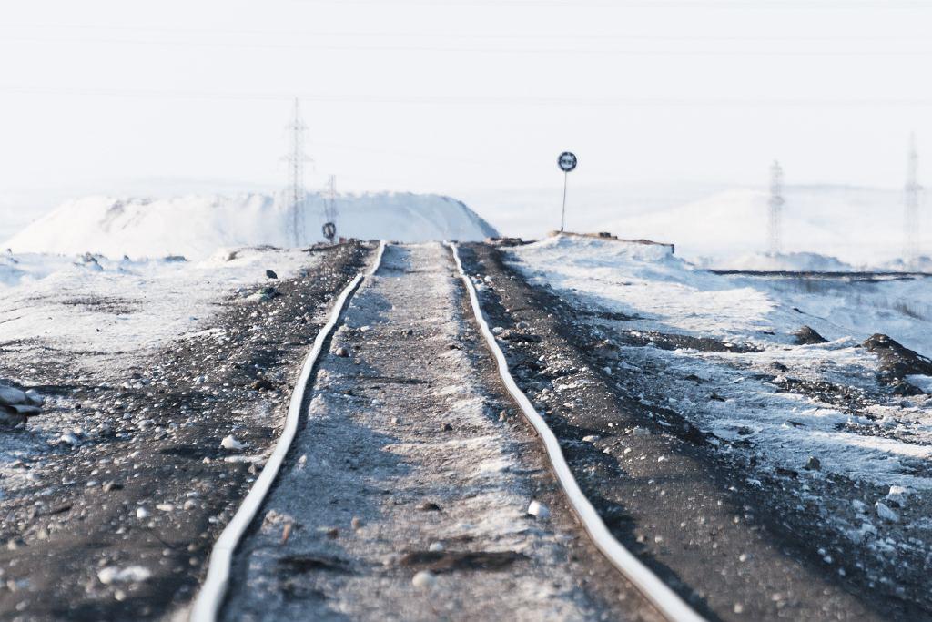 Rosja. Topnieje wieczna zmarzlina. Na zdjęciu zdeformowane tory kolejowe położone w tundrze rosyjskiej.