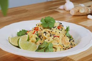 Indyjski łosoś z makaronem ryżowym w sosie z serka śmietankowego Łaciaty indyjski z konopiami i czarnuszką