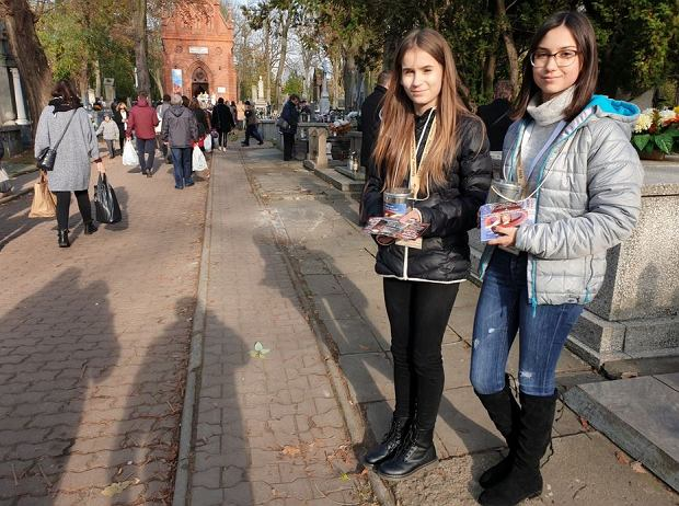 Zdjęcie numer 0 w galerii - Ratujmy Płockie Powązki. Tak 1 listopada kwestowaliśmy na naszych cmentarzach [GALERIA ZDJĘĆ]