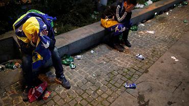 Bośniaccy kibice płaczą po oglądaniu na placu w Sarajewie porażki 0:1 z Nigerią, wyrzucającej Bośnię i Hercegowinę z mundialu