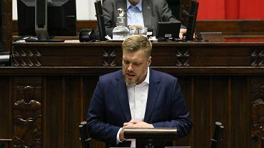 Adrian Zandberg podczas debaty po expose premiera rządu PiS Mateusza Morawieckiego. Warszawa, 19 listopada 2019