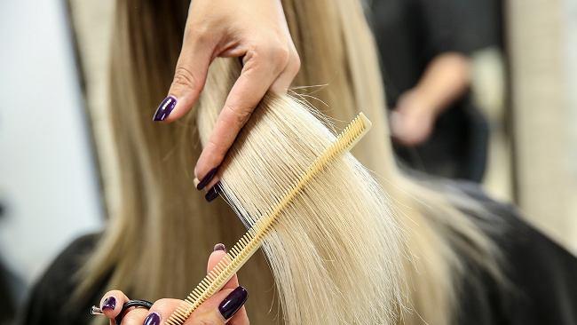 Te fryzury naprawdę postarzają! Których niemodnych uczesań powinniśmy unikać jak ognia?