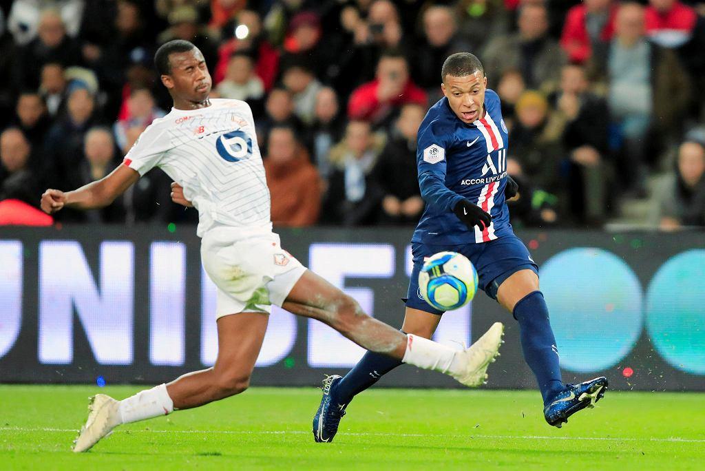 Kylian Mbappe walczy o piłkę z Tiago Djalo podczas meczu ligi francuskiej PSG - Lille