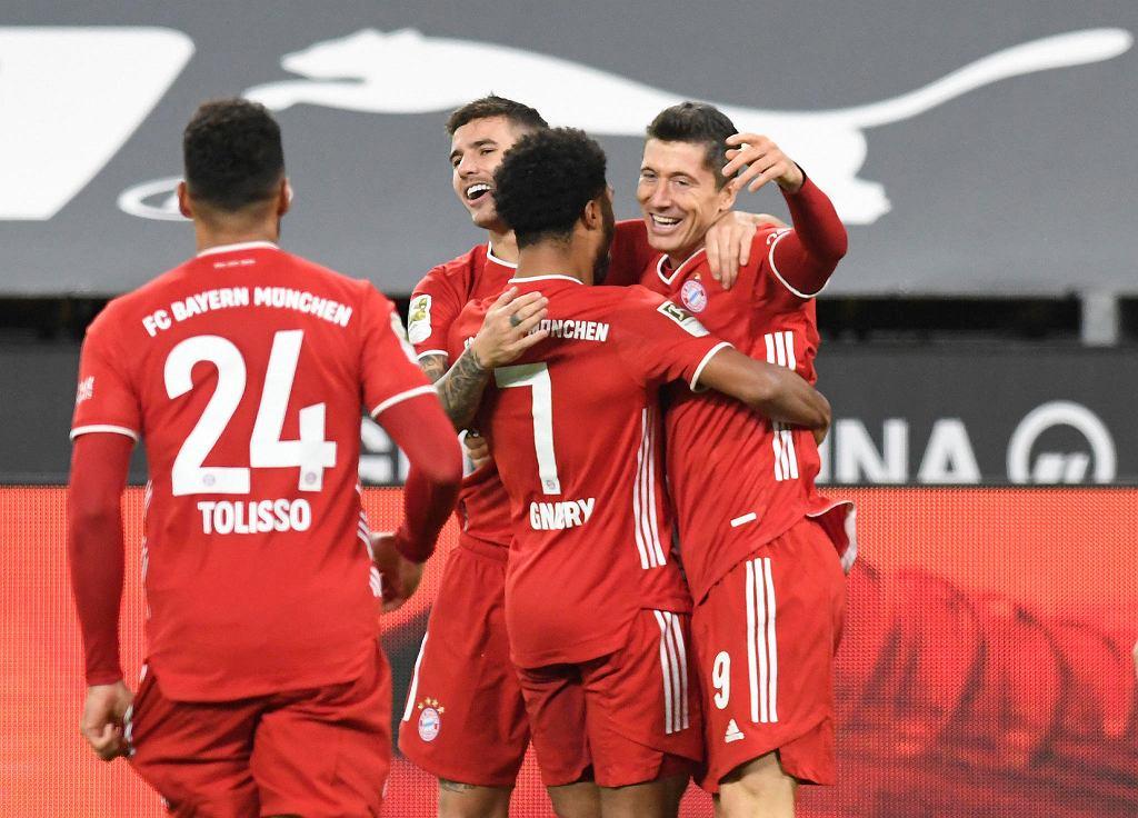 Robert Lewandowski strzela gola, Bayern wygrywa z Borussią Dortmund