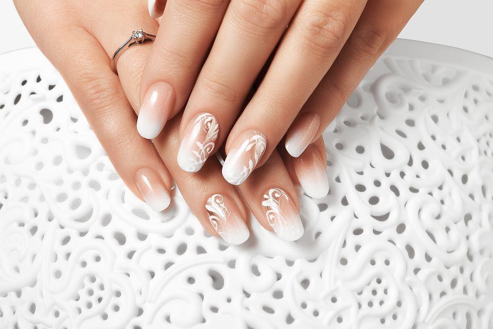 Białe paznokcie - wzorki. Zdjęcie ilustracyjne