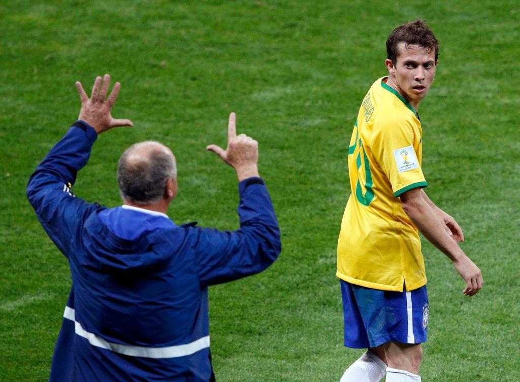 Trener <b>Luiz Felipe Scolari</b> pokazuje <b>Bernardowi</b>, no cóż, wynik półfinału Brazylia - Niemcy