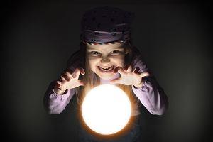 Andrzejki 2019. Dzieci chętnie wróżą z wosku i poznają swoją przyszłość