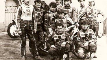 Ja Połubiński, pierwszy z lewej, z młodzieżową drużyną Falubazu.