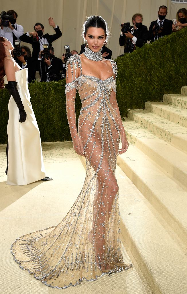 Gwiazdy w 'naked dress' na Met Gali 2021. Kendall Jenner