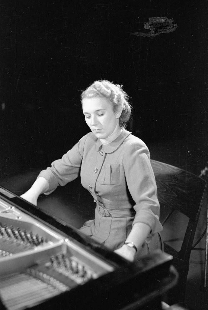Polska pianistka Halina Czerny-Stefańska, zwyciężczyni (ex aequo z Bellą Dawidowicz z ZSRR), w pierwszym powojennym Konkursie im. Fryderyka Chopina zorganizowanym we wrześniu 1949 r. w Warszawie