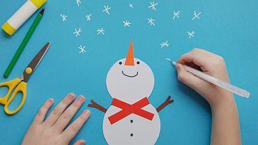 Dekoracje zimowe to świetna zabawa dla dzieci. Zdjęcie ilustracyjne