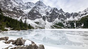 Aby można było wejść na zamarznięte Morskie Oko, muszą panować warunki pogodowe sprzyjające powstaniu lodu i jego utrzymywaniu się na jeziorze