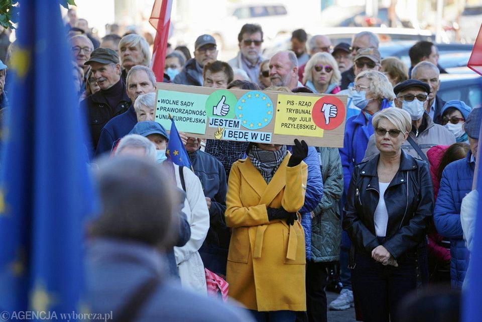 Płock zostaje w Europie. Manifestacja na placu Narutowicza