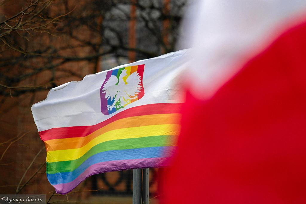 Tęczowa flaga z orłem i manifa w Bydgoszczy