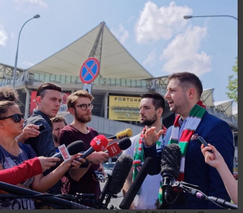 Patryk Jaki podczas kwietniowej konferencji przed stadionem Legii na Łazienkowskiej