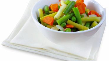 Warzywa blanszowane z łyżeczką oliwy, kilka świderków pełnoziarnistego makaronu.