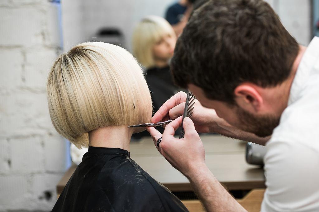 Modne fryzury 2021. Cięcia oraz koloryzacje, które będą hitem tego roku