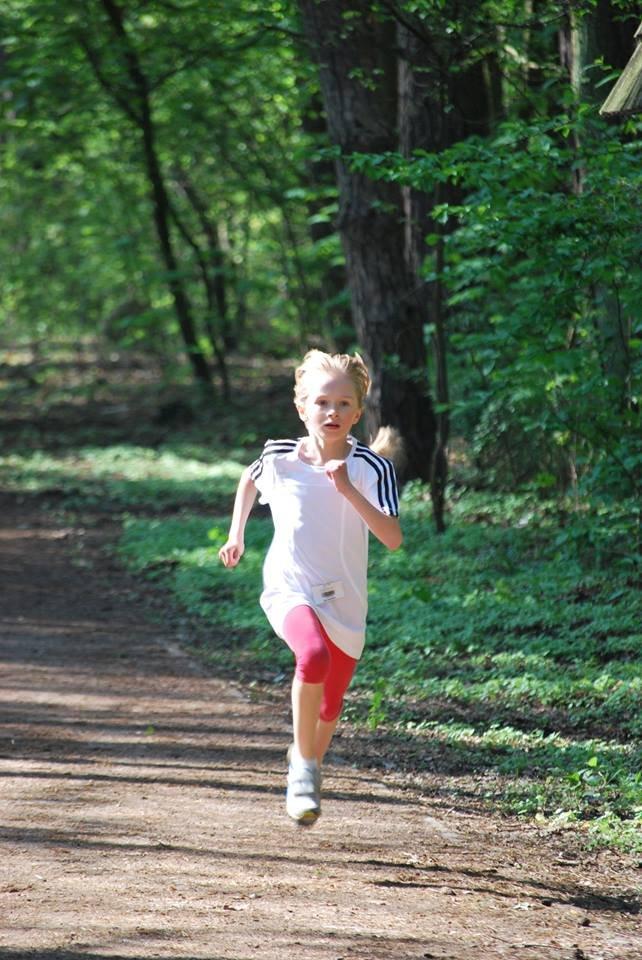 Niespełna dziewięcioletnia Eliza na trasie parkrunu, biegu na 5 km w Konstancinie