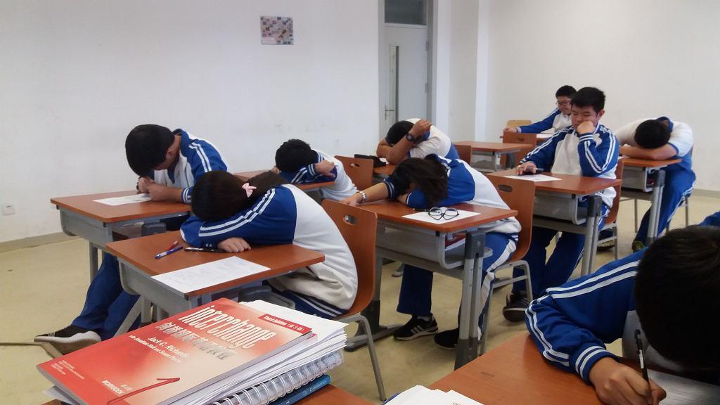 W szkołach podstawowych w Chinach od południ do godz. 14.00 wszystkie dzieci muszą spać