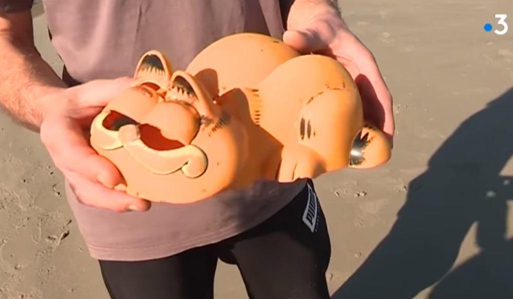 Resztki telefonu w kształcie kota Garfielda na plaży we Francji