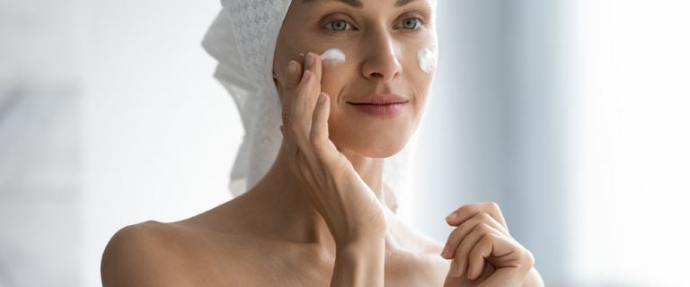 Maska nawilżająca do twarzy to must have na każdą porę roku. Ukoi podrażnioną skórę i zniweluje przebarwienia. Wypróbuj!
