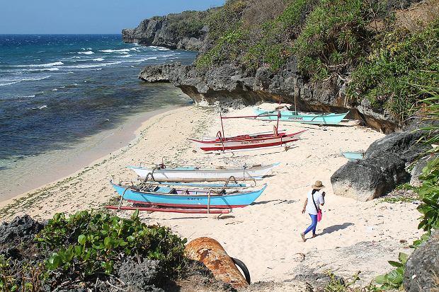 Plaża na wyspie Lubang. Tradycyjnie mieszkańcy żyli z rolnictwa i rybołówstwa, ale obecnie coraz większe znacznie zyskuje turystyka